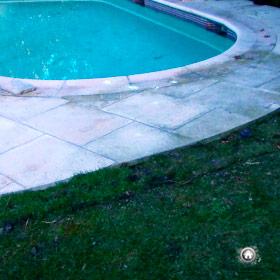 repositionnement des bandes de gazon autour de la piscine