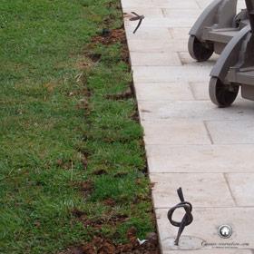 repositionnement des bandes de gazon autour de la terrasse