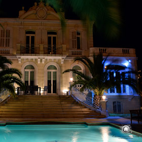 vue générale de la maison à Cannes de nuit