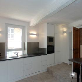 cuisine installé, électricité branchée, sol refait