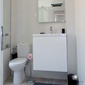 toilette et meuble sous vasque dans la salle de bain