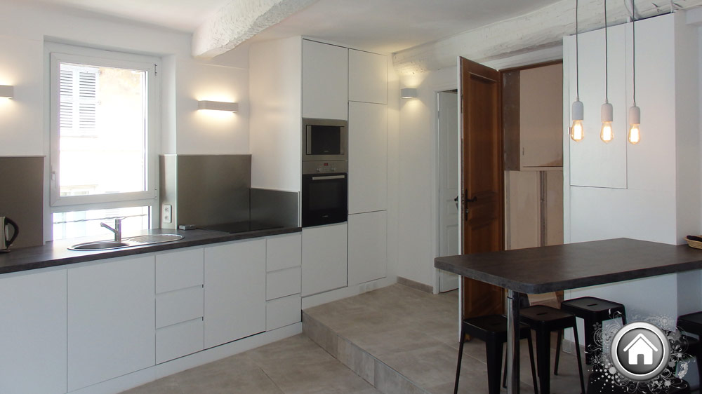 cuisine et salle à manger de l'appartement à Cannes