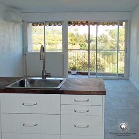 vue sur le salon et la terrasse depuis la cuisine