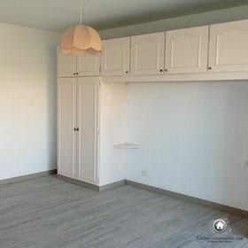 nouveau parquet façon bois cérusé, murs repeints dans la chambre