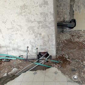 travaux de plomberie dans la salle de bain et passage des nouvelles canalisations