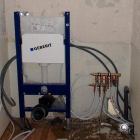 installation d'un WC suspendu dans la salle de bain